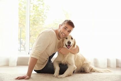 白い犬と男性