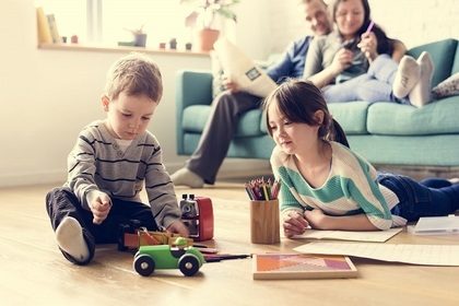 乗り物のおもちゃで遊ぶ子供達