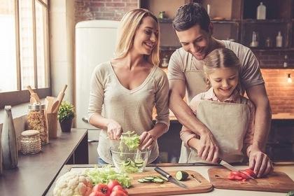 キッチンにいる家族