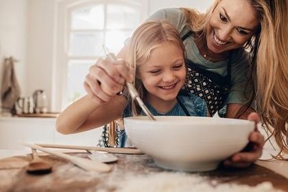 IQを高めるため料理を経験させてあげるママ
