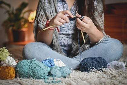 編み針を持つ女性