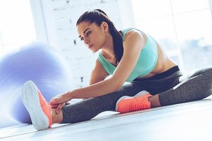運動に励む女性