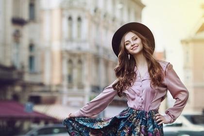 街中でポーズをとる帽子の女性