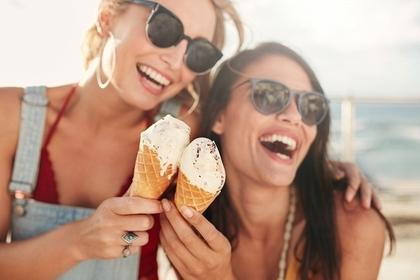 アイスを食べる女性