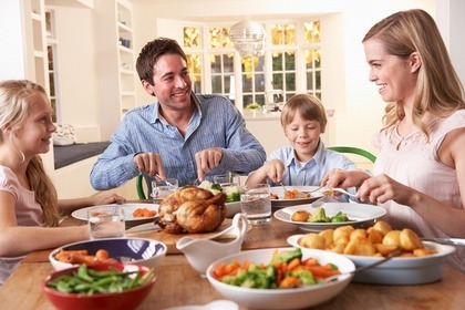 食卓で食事を楽しむ家族