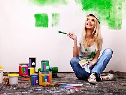 壁を塗る女性