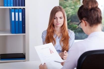 就職試験の面接を受ける人の画像
