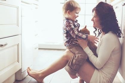 子供をかわいがる女性