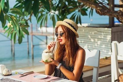 沖縄旅行を満喫する女性
