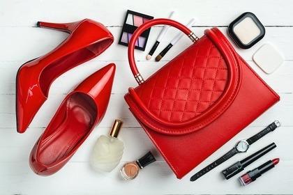 赤のバッグとヒール