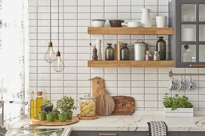 棚に並んだ調理器具