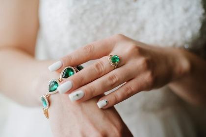 宝石のついたブレスレットと指輪