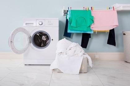 ドラム式洗濯機と緑とピンクと白いタオルの洗濯物