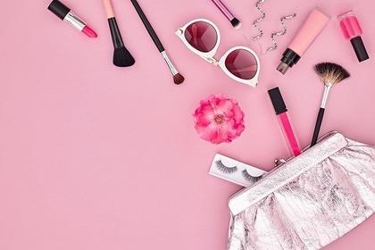 色々な小物とピンクの背景