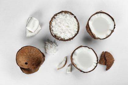 半分に切ったココナッツ