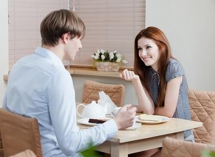カフェで会話をする二人