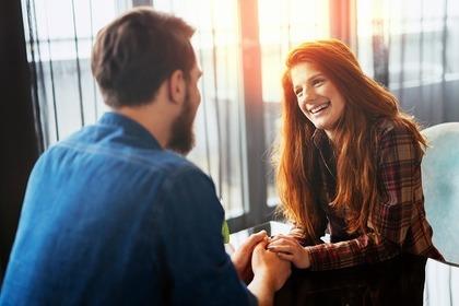 笑顔であいさつをする女性