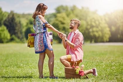 プロポーズする男性