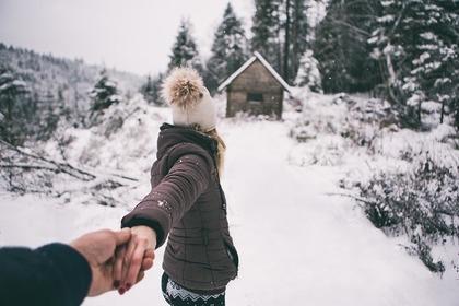 手を繋いで歩く様子