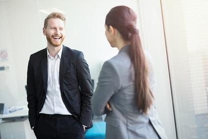 上司と会話する女性
