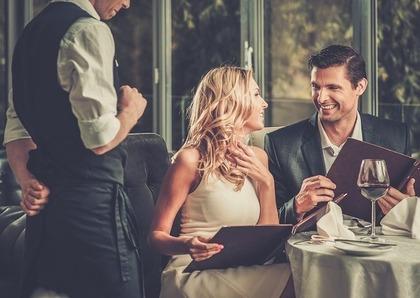 食事を楽しむカップル