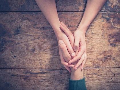 手を握っている写真
