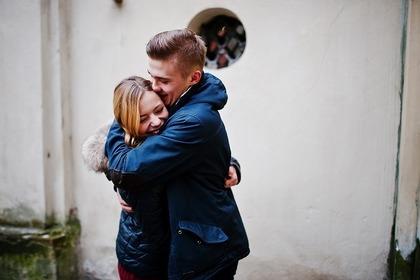 女性を抱きしめる男性