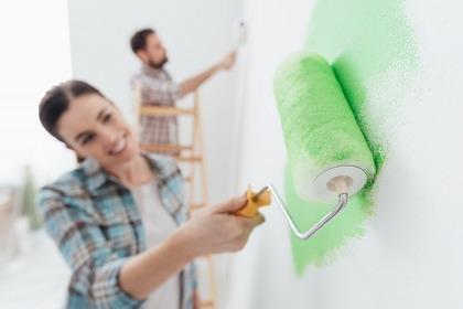 ペンキを塗る男女
