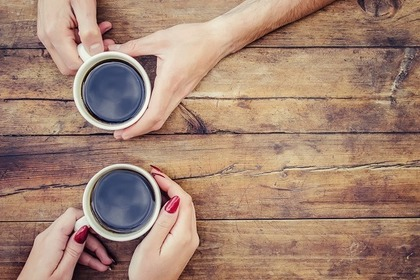コーヒーを持つ2人の手