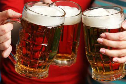 乾杯をしている3つのビールジョッキ