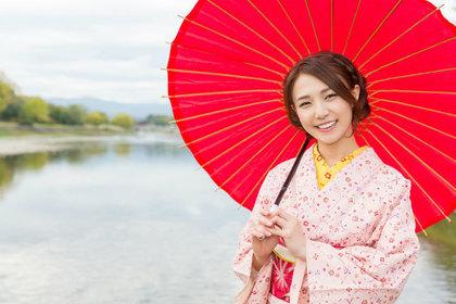 傘を持った着物の女性