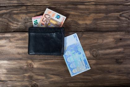 お財布からお札が抜き出されている様子
