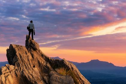 山頂に佇む男性