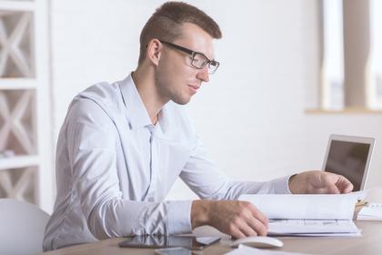 机で本を読む男性