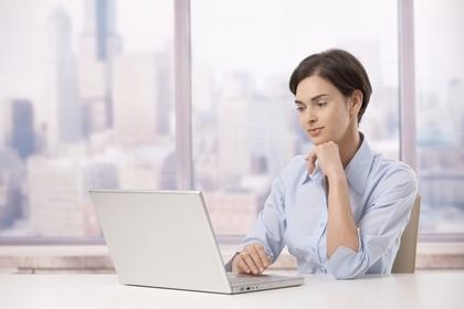 家計簿を付ける女性