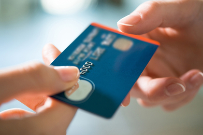 クレジットカードを使う画像