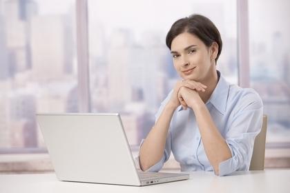 パソコンの前に座る