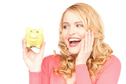 貯金箱を持って喜ぶ女性