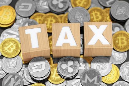 コインの上に税金を表す単語のオブジェが乗せられている様子