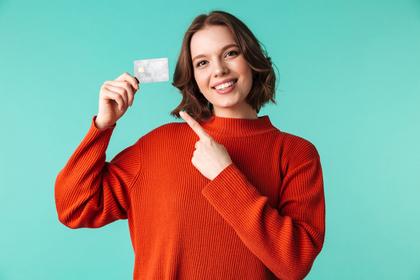 カードを持って安心している女性