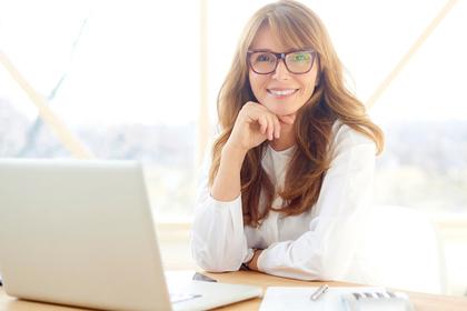 事務処理をする女性の画像