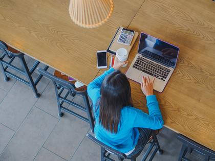1人でパソコン作業をする女性