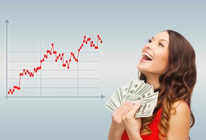 チャートとお金を持つ女性