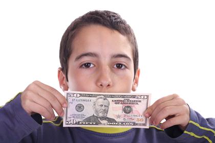 ドル札を持つ少年