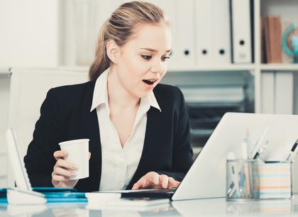 パソコンを見て驚く女性画像