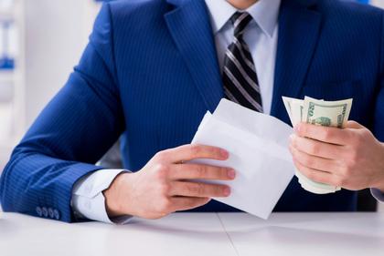 封筒にお金を入れる人