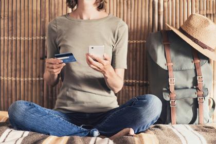 クレジットカードを持つ女性②