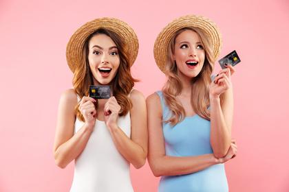 カードを持って嬉しそうな2人の女性