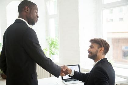 握手をしている男性