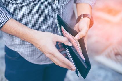 お財布に入っているお金を見る様子